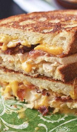 Queso Chicken Bacon Ranch a la parrilla: 2 rebanadas pan - 3 tocino a la mitad - salsa Ranch - mantequilla - rodajas pollo asado, queso Cheddar. Cocine el tocino, unte mantequilla en c/ rebanada, y salsa ranch, queso, pollo y bacon, cubrir con queso, con la otra rebanada hacer lo mismo. Coloque el panini en prensa para dorar, o Colocarlo en una sartén para dorarlo. Puede que tenga que colocar peso para aplastar un poco, ayuda a pegarse todo. Retire de la sartén, corte a la mitad y disfrute