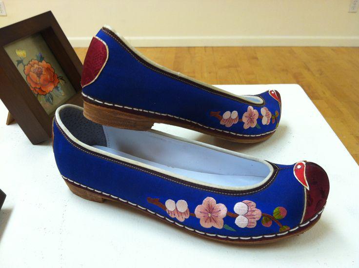 Tranditional Korean women's shoes.  Hand-embroidered by kjooahn(ahnkumjoo@gmail.com)