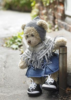 Inca knits poncho and hat for Build-A-Bear (in Danish)