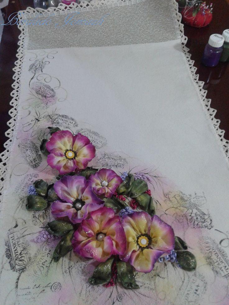 Camino de mesa: flore y hojas en tela de raso, luego pintadas, pintura textil