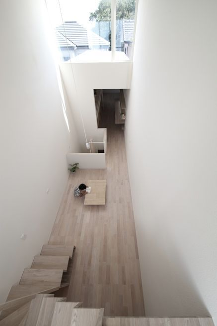 In a family home inOkazaki, Japan, architectKatsutoshi Sasaki toyed withlength and heightto create anairyatmosphereon a lot barely wider than a big rig.