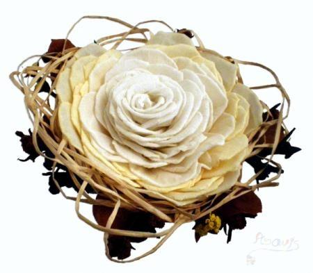 ¡Mira qué original ramo de novia hecho a mano de papel, plástico y alambre! Nos encanta;)