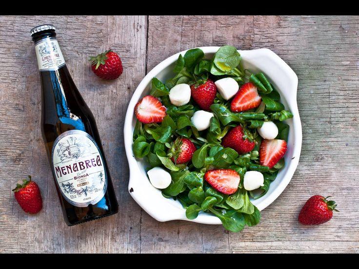 Lo spunto per un piatto perfetto da servire all'aperto: non vi pare meravigliosa questa #insalata di fragole, songino e mozzarella con una buona #150bionda #birraMenabrea? ;)  http://www.birramenabrea.com/it/bionda