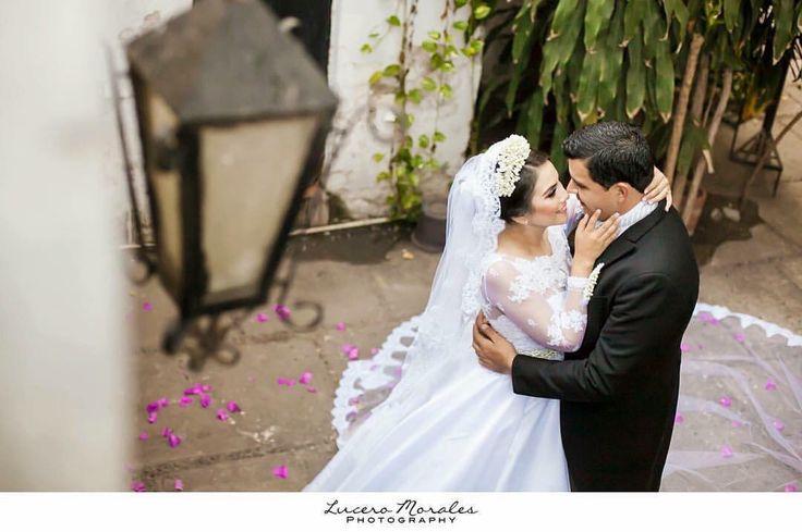 Vestido de novia en organza y tul bordado, velo tipo catedral by Roxana Soria