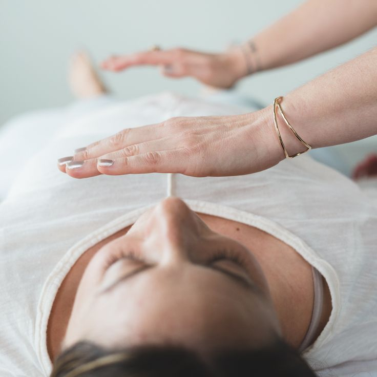 What is Reiki and how does it work? Reiki is a Japanese technique for stress reduction and relaxation that also promotes healing. Simbolos Do Reiki, Le Reiki, Reiki Room, Reiki Meditation, Meditation Music, Reiki Therapy, Massage Therapy, What Is Reiki, Reiki Courses