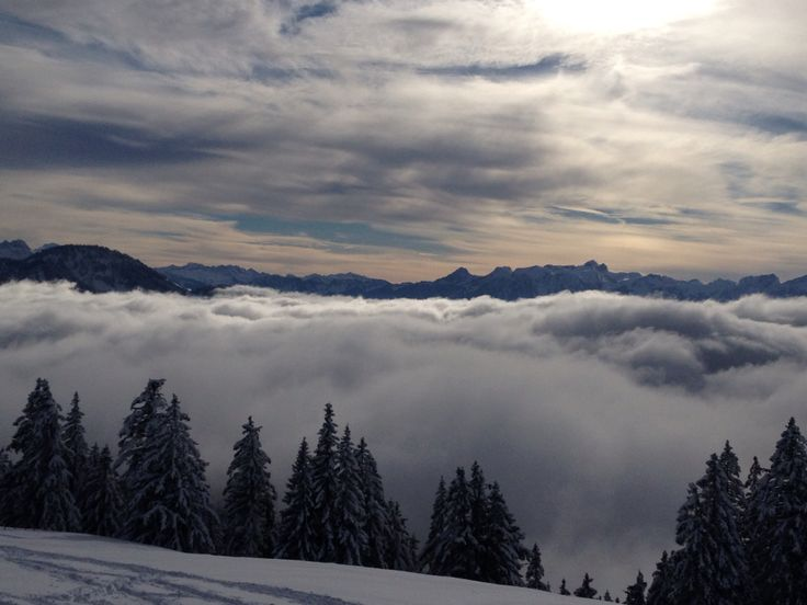 Rathvel, Fribourg, Suisse La station familiale de Rathvel, au-dessus de Châtel-St-Denis se prête particulièrement bien à l'apprentissage du ski. Les Ski-Lifts de Rathvel SA vous proposent 4 téléskis dont 2 pour les enfants.