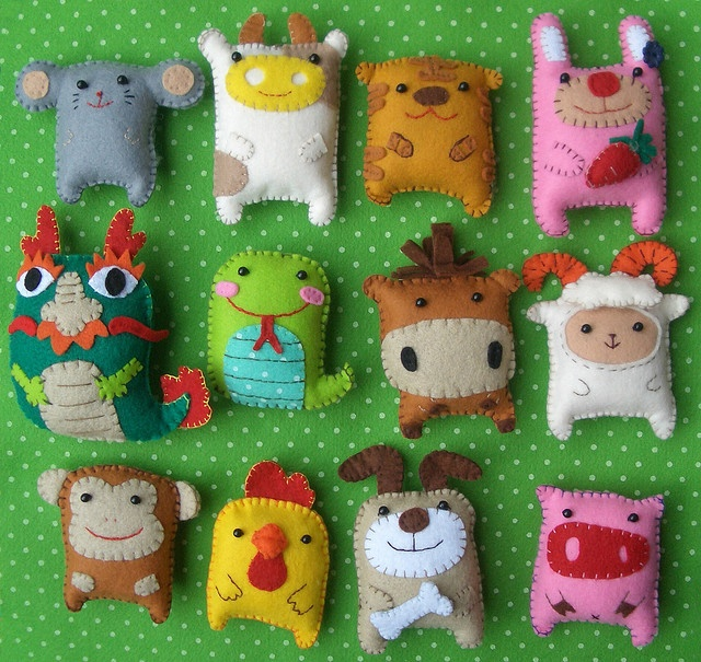 Fun!  Cute little felt animals.  I'm thinking cute little button-able barn bag for church with these babies inside.