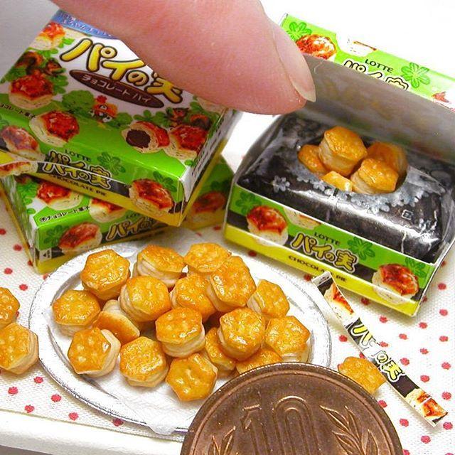 ミニチュア・LOTTEパイの実 樹脂粘土で制作 パイの実の作り方は #ブティック社 様から発行の「樹脂粘土で作るあの有名お菓子のレシピ」に掲載してあります 箱の作り方は載せていませんので、本物の箱をスキャンし、縮小してプリントアウトしたものを組み立てます #ミニチュア #ミニチュアフード #パイの実 #チョコレートパイ #食品サンプル #ロッテ #お菓子 #おやつ #樹脂粘土 #miniature #pie #chocolatepie #polymerclay #miniaturefood