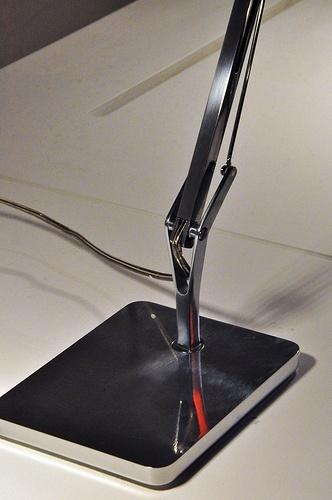 La lámpara de sobremesa KELVIN T LED de FLOS, diseñada por Antonio Citterio