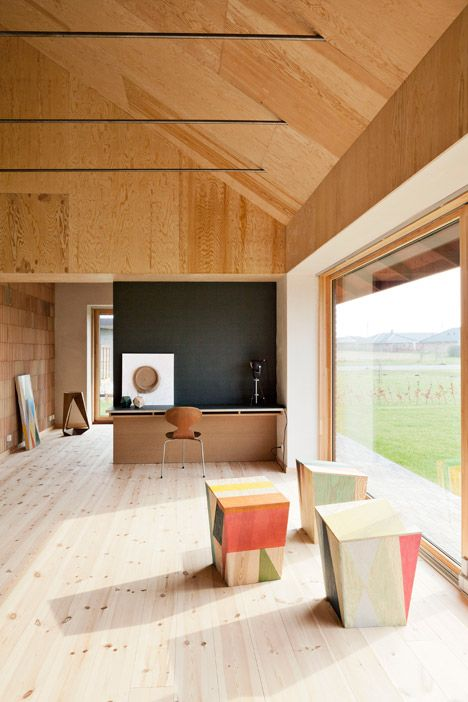 Raw plywood was used to create a maintenance-free interior for this house in Denmark | ELLE Decoration NL