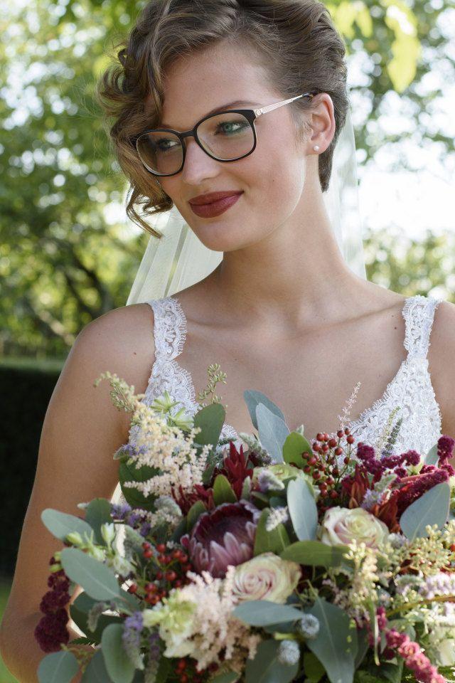 Credit: Anneke Veronica Photography  - huwelijk (ritueel), bruid, bloem (plant), bloemstuk, bruids, mooi, natuur, portret, zomer, vrouw, buitenshuis, volk, meisje, rozen, huwelijk (burgerlijke staat), tuin, ceremonie, betrokkenheid, romantisch, jurk