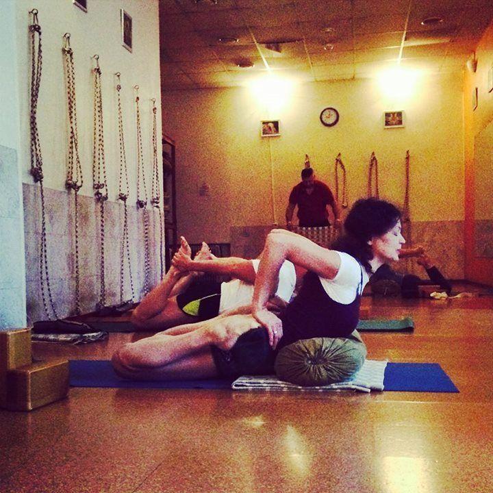 Les 8 meilleures images du tableau bhekasana sur pinterest for Chaise yoga iyengar