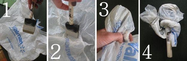Precisa de fazer uma pausa ou à espera de tinta secar? Envolva o seu pincel / rolo em um saco plástico para mantê-lo de endurecimento. | 47 Tips And Tricks To Ensure A Perfect Paint Job