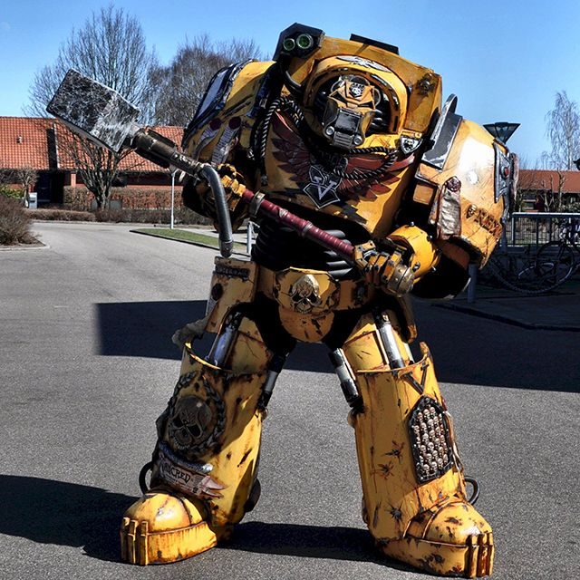 Denmark-based prop builders Daniel Høgh and Justina Šniukštait of Roses and Boltshells spent over 2 months creating this incredibly detailed Imperial Fists Terminator Captain costume out of foam. I…