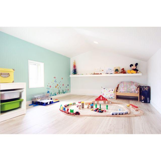 asuさんの、棚,IKEA,子ども部屋,ロフト,ウォールステッカー,アクセントクロス,ロフトスペース,プレイルーム,カラコロツリー,のお部屋写真
