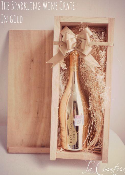 The Sparkling Wine Basket: In Gold es un diseño que enamora por su elegancia sutil, calidez y toques artesanales que transmiten vida en cada detalle. Incluye lujosa botella de vino espumoso BOTTEGA en una cama de flores secas dentro de nuestra caja de madera restaurada con tapa. Una de nuestras sugerencias para tus clientes mas importantes. $980 Pesos (Precio incluye IVA)