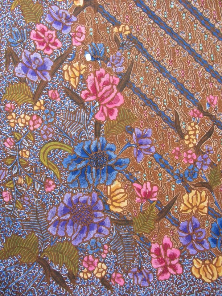 The beautiful batik from Indonesia. This kind of pattern is named Demakan. Vintage and handrawn batik. Love the full of flowers covered entire batik. And there is a peacock between the flowers. One of my fav batik ❤