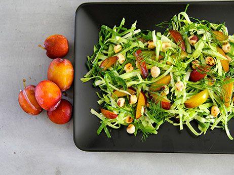 Spidskål med blomme, æbledressing og stegte hasselnødder