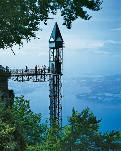 Im Panoramalift einmalige Ausblicke auf den Vierwaldstättersee geniessen