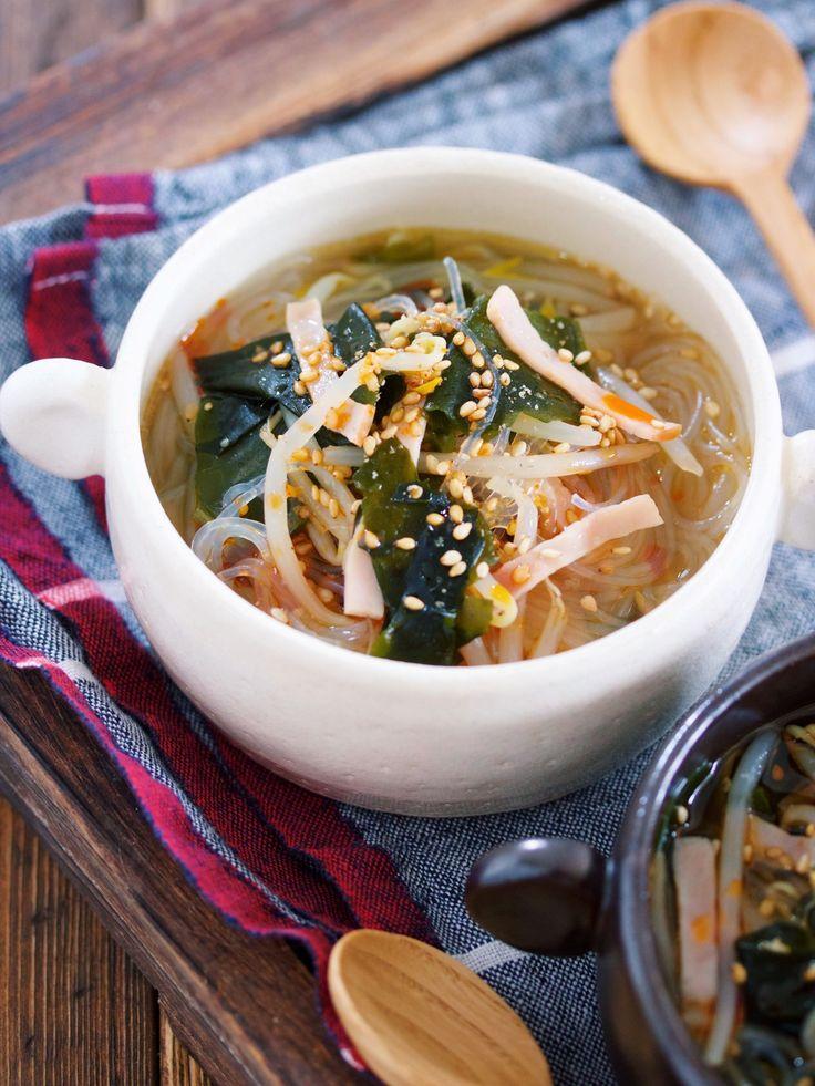 煮るだけ3分♪『わかめともやしの韓国風はるさめスープ』 by Yuu / 韓国風のわかめスープにもやしとはるさめを加えてボリュームアップさせた一品。作り方は、めちゃめちゃ簡単!お鍋に、煮汁を沸騰させたらあとは具材を全部入れて2〜3分煮るだけ。わかめもはるさめも煮ながら戻すので乾燥のまま投入してOKというお手軽さ♪また、シンプルな味付けなのでどんなお料理とも合わせやすくとっても重宝する一品ですよ( ´艸`) / Nadia