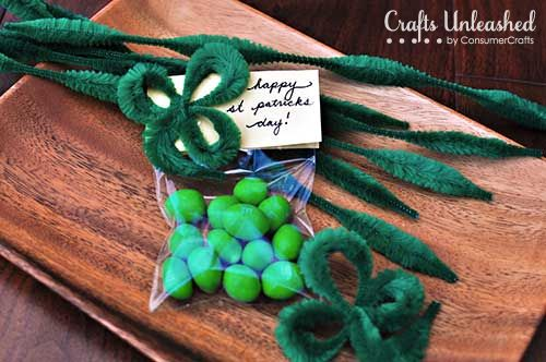 St. Patricks Day Shamrock Treat Bags via www.craftsunleashed.com