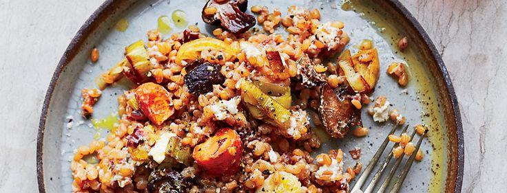 Cette recette de blé aux légumes grillés, miettes de fromage de chèvre et noisettes concassées est tout simplement délicieuse.