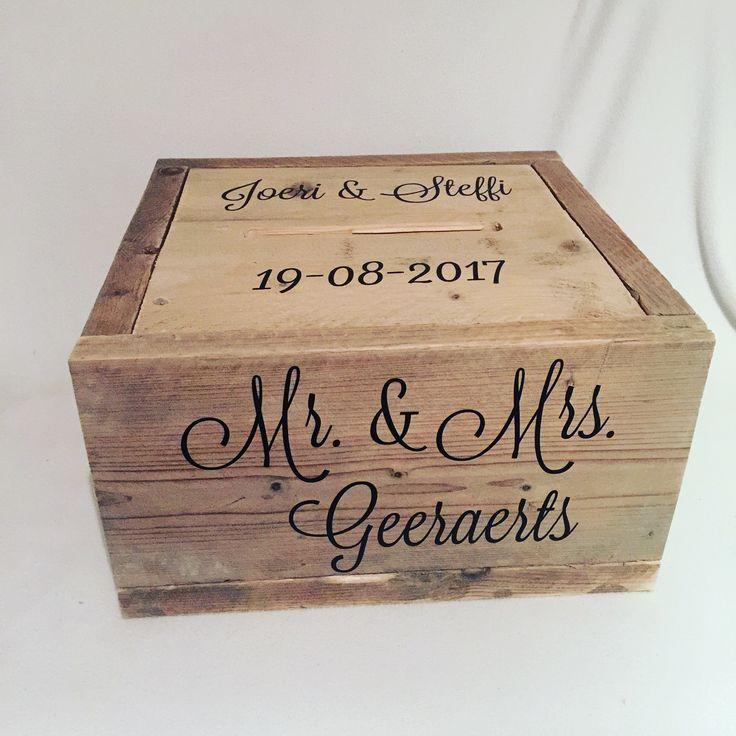 Belevenis op je Bruiloft Een handgemaakte gepersonaliseerde enveloppendoos! dat is echt een eyecatcher voor op jullie bruiloft. De enveloppendozen van Belevenis op je Bruiloft, kunnen jullie helemaal zelf samenstellen qua teksten, lettertype en kleur. Deze enveloppendoos is gemaakt van steigerhout en de deksel valt precies binnen in de doos en is na de bruiloft te gebruiken als memorybox #trouwen #bruiloft #wedding