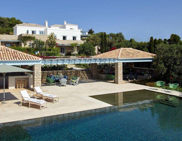 La seconde terrasse de cette magnifique maison méditerranéenne avec une énorme piscine et belle vue sur
