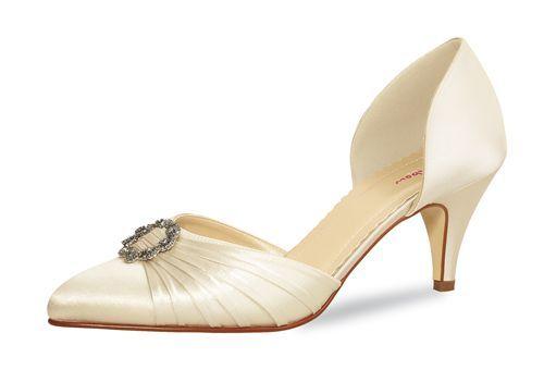 Tanya, ivory Edler Satin-Schuh der Marke Rainbow Club in Ivory Vorn und hinten geschlossen, Cut-Outs an den Seiten Verspielte Raffung auf der Schuhspitze mit Strass-Brosche Absatzhöhe ca. 6,0 cm