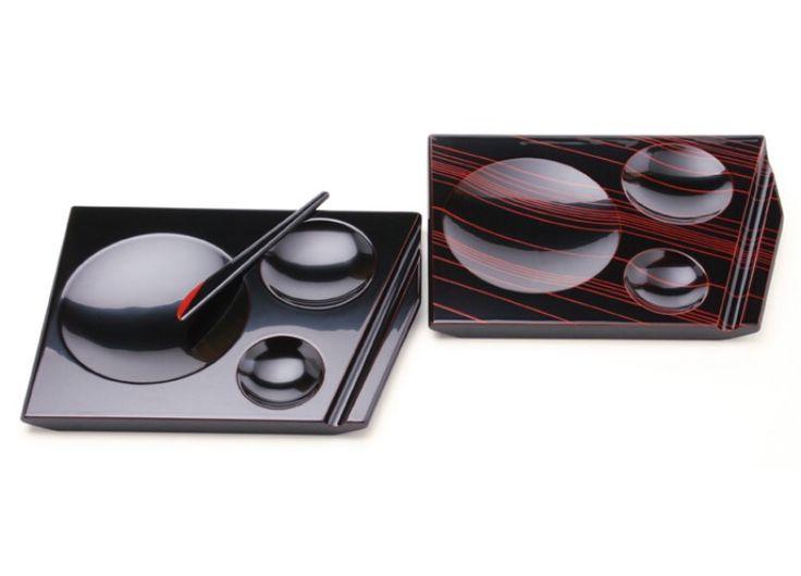 朝食プレートとバターナイフです。川連漆器の工房『利山』とイタリアのデザイナーがコラボした『kawatsura SHIーKI』シリーズの作品。朱のストライプは手描きで1本1本描かれたものだそうです。