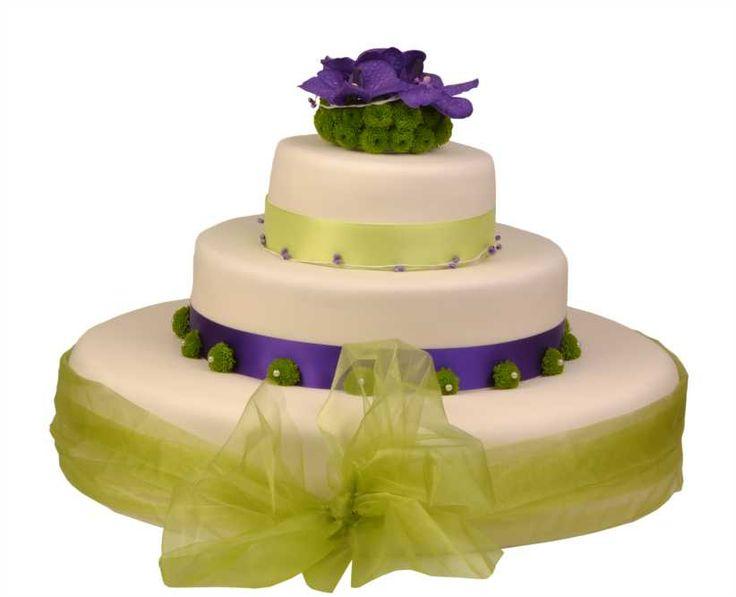 Svatební dort 40 Třípatrový svatební dort, o rozměrech 18 cm, 32 cm a 52 cm, obalen fondánem, dozdoben stuhami, květy santinek a orchidejí.
