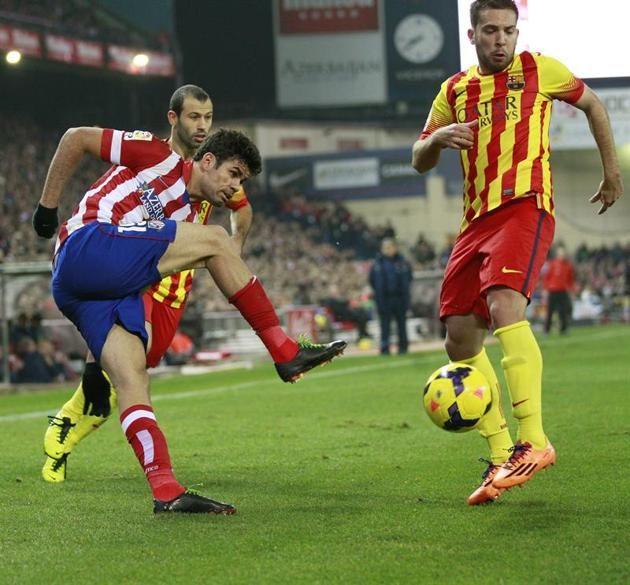 GRA240. MADRID, 11/01/2014.- El delantero del Atlético de Madrid Diego Costa (i) chuta ante Jordi Alba, del FC Barcelona, durante el partido...