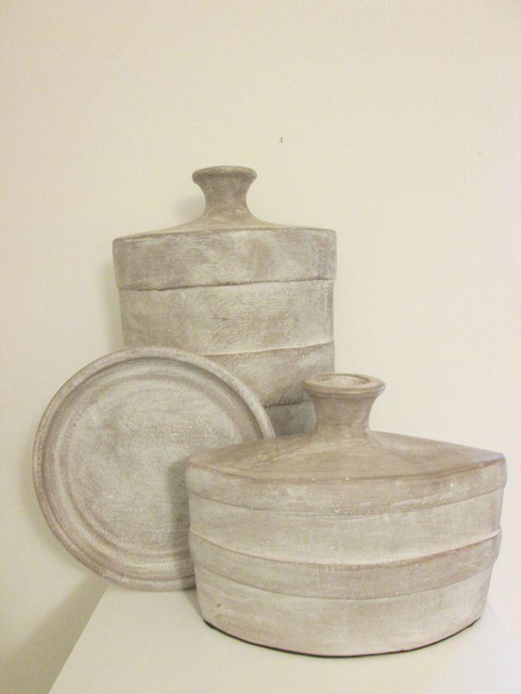 Collectie handgemaakte aardewerk woonaccessoires in de kleur taupe.