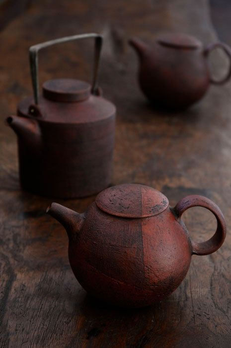Satoshi Nishikawa - Teapot (look at back left teapot. cap lid and iron handle....).  Love them