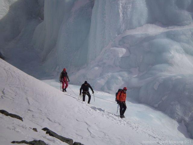 Зимой водопад обмерзает и получается тренировочное место для ледовых занятий.