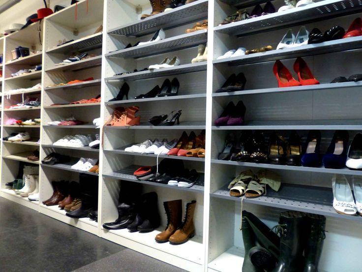 Les meubles à chaussures sont aussi bien remplis dans l'attente de prochaines prises de vue.