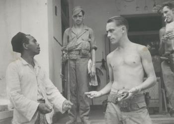 Bij fouillering van Indonesiër wordt revolver aangetroffen, Soerabaja, circa 1947  (source Maritiem Digitaal NL)