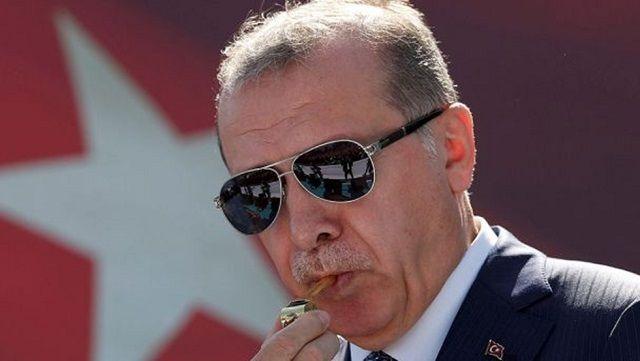 ''Vanayı kapatırız'' diyen Erdoğan, ''Bir Gece Ansızın Gelebiliriz'' sözleriyle Irak Kürdistanı'nı işgalle tehdit ediyor! Türkiye cumhurbaşkanı: Kürt bağımsızlığı kabul edilemez ve bir hayatta kalma meselesidir. Reuters, 25 Eylül 2017 Çeviren: Ercan Caner, Sun Savunma Net, 28 Eylül 2017 Kürtleri tehdit eden Recep Tayyip Erdoğan, İstanbul'da 25 Ağustos 2017 tarihinde yapılan bir törende bekçi düdüğü öttürürken. …