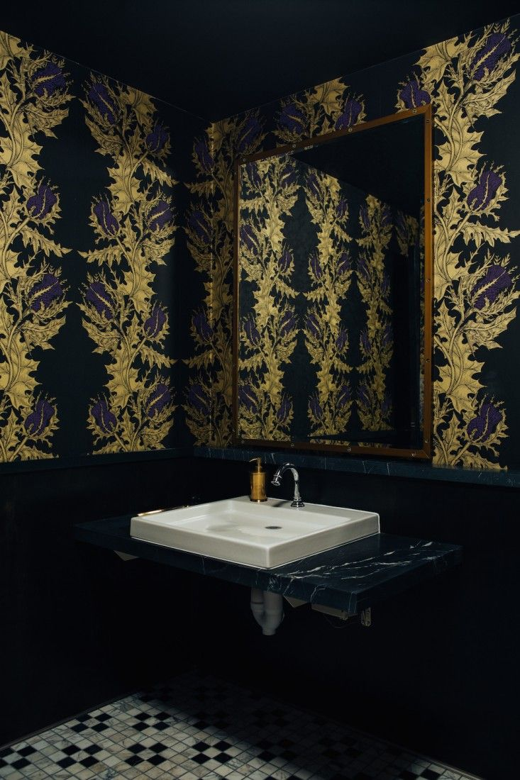 The Scottish theme continues in the bathroom, which is papered in thistle-pattern wallpaper from Timorous Beasties.