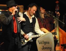 """Samstag 14. April Vollgas Jonny  """"German Rhythm and Blues Band""""  Mit der typischen Besetzung der 40er- und 50er-Jahre mit Sänger, Klavier, Standbass, Gitarre und Schlagzeug spielen sie in Sound und Stil der alten Blues Legenden  Blues Klassiker ebenso wie Songs von Johnny Guitar Watson,  Jerry Lee Lewis, Motown, Hits oder Rocknummern von AC/DC und den Stones bis hin zu ZZ Top. Aber für viele dieser Songs hat Gitarrist und Sänger Andi Rau eigene, kernige Texte geschrieben."""