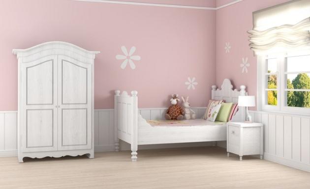 Elegir los muebles para las habitaciones de niñas requiere de una especial atención. Debes considerar la edad de la niña y que tan cerca se encuentra de la adolescencia, ya que eso puede ser determinante al momento de elegir el mobiliario para su habitación. Muebles de color blanco son ideales, ya que podrás complementar la decoración del dormitorio sin importar la paleta de colores que hayas elegido.
