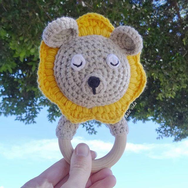 ¡ S á b a d o ! ♀️ ☀️  Sigo sumando colores a los sonajeros de león y no podía faltar en este amarillo tan vivo y alegre  Además hoy acompaña muy bien al día, que lo tenemos soleado y con buena temperatura ¿Se puede pedir más?   ¡Feliz fin de semana!  . . . #dalevida #sonajeros #sonajero #rattles #rattle #rattlelion #león #lion #crochet #ganchillo #amigurumis #amigurumi #accesoriosbaby #bebés #baby #niños #kids #mamás #mamis #mummy #mummys #yarn #instacrochet #lovecrochet #handma...