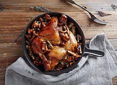 Dieses Fasan Rezept spielt mit herbstlichen Aromen! Mariniert in Calvados, Honig, Salbei und Rosmarin, wird der Fasan zum kulinarischen Erlebnis..