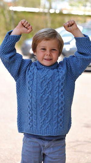Mange drengemødre efterlyser gode strikkeopskrifter til drengene, så her får du to superanvendelige sager. Her får du opskriften på en klassisk aransweater.