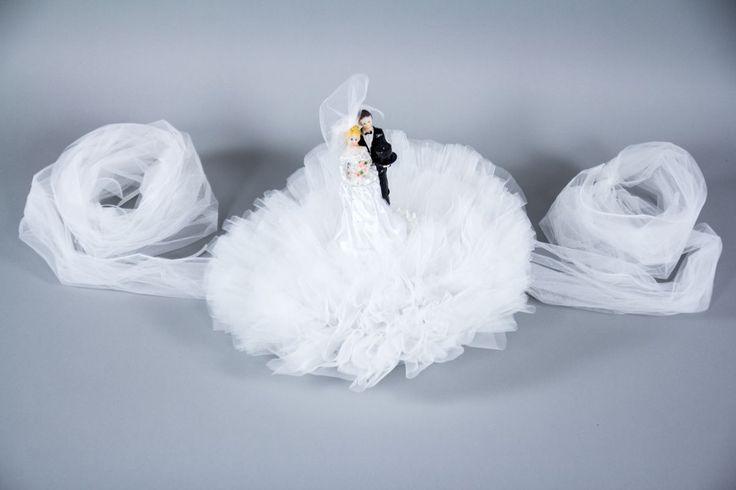 Decorul pentru masina de nunta a mirilor trebuie sa iasa in evidenta si sa fie personalizat cu figurine sugestive mire si mireasa.   Cele doua figurine sunt asezate pe straturi de tulle care se prind pe capota masinii cu ajutorul unui snur satinat.   In timp ce...
