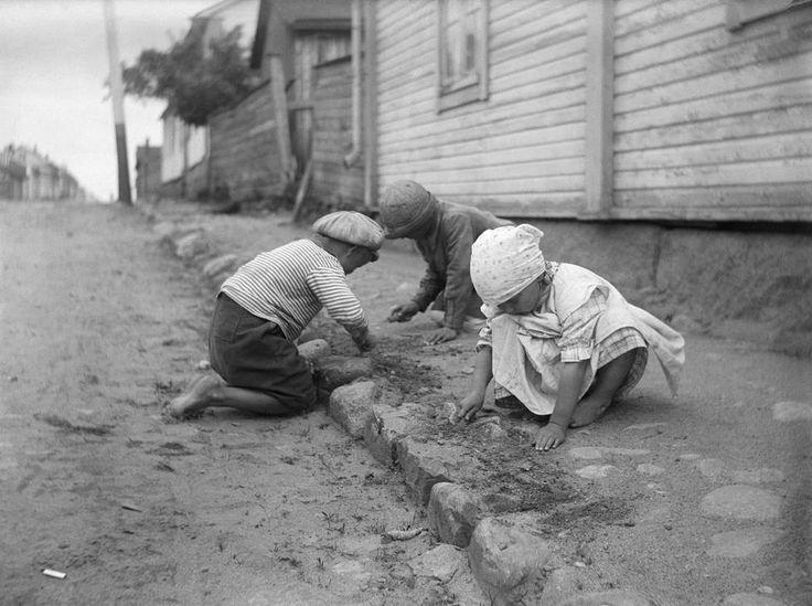 Julmaa: Lapsia leikkimässä? Ei, vaan lapsityövoimaa katua kraappaamassa Raahen Saaristokadulla 1923.