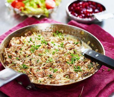 En underbart krämig och smakfull viltpanna som du gör på skav från hjort, vispgrädde, lök, kantareller, messmör, soja och timjan. Till det ljuvliga viltskavet serverar du nykokt potatis, fräsch sallad, klippt krasse och gärna lite lingonsylt. Låt er väl smaka!