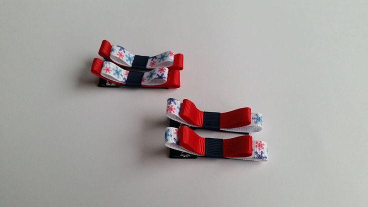 Dwie świąteczne spineczki w kształcie kokardki. Wymiary kokardki to ok. 1,0 x 5,5cm, klips: pyk 4,5cm.