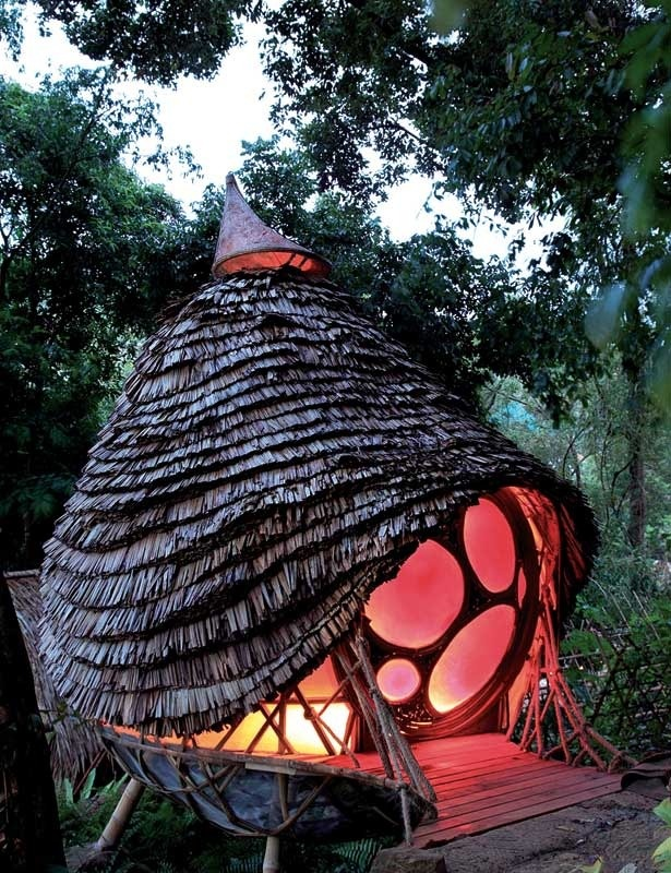 Espacio arquitectónico ecosostenible creado como una estructura de bambú suspendida en los árboles.