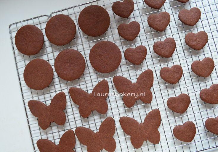 Chocolade suikerkoekjes (30 koekjes): 150 g witte basterdsuiker - 50 g vanillesuiker - 200 g boter - 1 ei - 350 g bloem - 50 g cacaopoeder